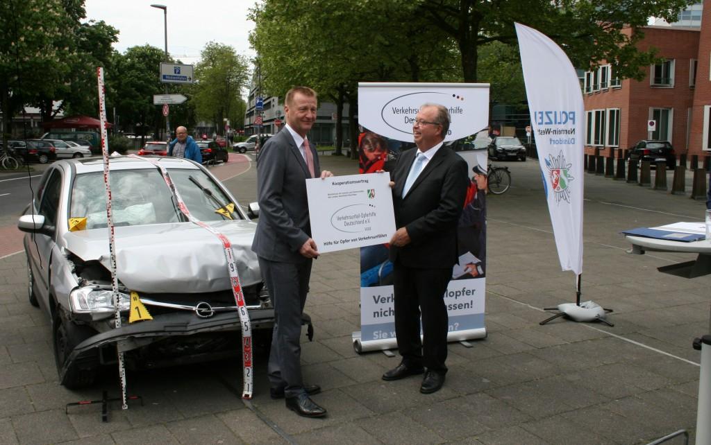 Minister Ralf Jäger mit Prof. Dr. Wilfried Echterhoff